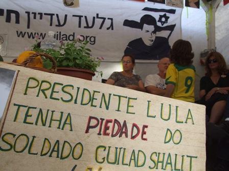 Criança brasileira conversa com pais de Gilad Shalit (foto: Gabriel Toueg)